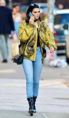 Kendall Jenner, Jaqueta verde, jeans, ankle boot