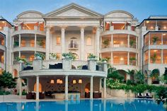 BINNENKIJKEN. De nieuwe villa van Rihanna - De Standaard