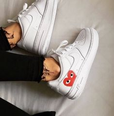 Enjoy The Sneakers You're In With These Tips. A lot of men and women absolutely love sneakers. This explains why the state of the economy factors so little in how well sneakers Sneakers Mode, White Sneakers, Sneakers Fashion, Fashion Shoes, Shoes Sneakers, Sneakers Outfit Nike, Leather Sneakers, Lacoste Sneakers, Sneaker Outfits Women