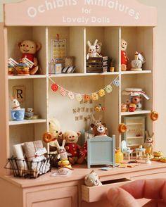Messy shelf with tiny cuties I made, except for glass jars. ;) 先日のイベントでも、このくらいいっぱい飾れたら良かったんやけど…セッティングがかなり大変やったか ガラスもの以外は自作です  #miniature #dollshouse #diorama #ochibitsminiatures #ミニチュア #ドールハウス #オチビッツのミニチュア