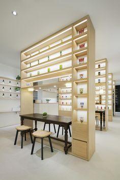 Magasin de produits de beauté avec décoration minimaliste
