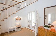 Escalera de madera natural y blanco