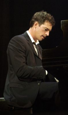 Harry Connick, jr  https://play.google.com/store/music/artist?id=Aoxq3iz645k55co23w4khahhmxy&feature=search_result