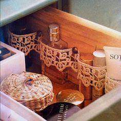 Классная идея организации пространства в ящике с комиетикой и парфюмерией