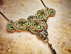 Femme fatale - náhrdelník Tento neprehliadnuteľný náhrdelník je ručne šitý zo šujtašky, kryštálov, kovových komponentov, korálok a voskových perál. Farba je zelená a zlatá. Náhrdelník je vyrobený k náušniciam Femme fatale, ktoré mám v ponuke. Náhrdelník je vzadu na zapínanie. Veľkosť:od vrchu po spodok do je 16cm s retiazkou -druhy rozmer je cca 13cm.