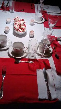 Mesa de navidad. Facebook/smicasa Table Settings, Facebook, Christmas Tabletop, Table Decorations, Mesas, Place Settings