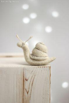 Diese kleine Nadel Gefilzte Schnecke Sofia vor ein paar Tagen geboren. Aber hat Sie bereits ihr eigener Stil, sie ist aus Wolle, und Liebe weißen Farbe. Sie mag die langsame Spaziergänge nach Regen.  Ich benutze Filz Nadel-Techniken und 100 % reine Wolle Form Bulgarien. Ich färben die Wolle von mir, die richtigen Farben zu erreichen.  Größe in cm: 8 cm lang  Größe in Zoll: 3 cm lang  Meine Puppen sind von mir handgefertigt, jedes ist einzigartig und trägt seine eigenen Emotionen und…