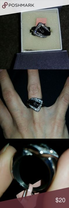 Rhinestone buckle ring Silver & Black rhinestone buckle ring! Major fun piece of costume jewelry. Great piece to amp up any outfit 💋 I THINK it's about a 6 based on how it fits my fingers, but not 100% sure. Not adjustable! Pretty solid ring 💪 Jewelry Rings