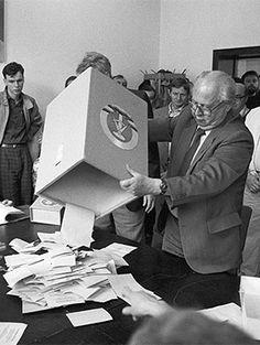 Mai 1989: Auszählung der Wahlen im Wahllokal 802, Thälmann Park, in Berlin.
