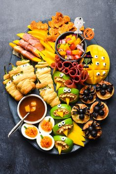 Halloween Snack Plat Halloween Snack Platter recipe and other must-try scary Halloween appetizers for your potluck party! Hallowen Food, Halloween Party Snacks, Halloween Dinner, Halloween Food For Party, Healthy Halloween Treats, Halloween Cupcakes, Halloween Decorations, Healthy Snacks, Halloween Potluck Ideas