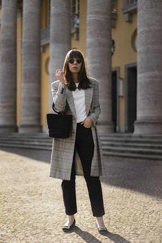 Casual chicer Frühlingslook mit Karomantel, Simon Miller Bonsai Bag und klassischen Basics wie weißem Basic Shirt und schwarzer Jeans