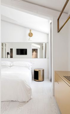 Slowly but surely, Milan's boutique hotel scene is heating up thanks to chic new openings like the Senato Hotel. Run by the Ranza family – fourth generation Milanese entrepreneurs – the property unfolds within a five-storey neo-classic building that wa...