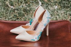 Cake & Confetti Weddings. Photo by Züger Fotografie- DIY Hochzeitsschuh Bemalung, colored wedding shoes, painted shoes, wedding high heels Pumps, Models, Painted Shoes, Couture, Caravan, Wedding Shoes, Fairy Tales, High, Fashion