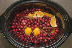 In your crockpot Take a bag of cranberry a few cinnamon sticks , 2 lemons cut up , 2 oranges cut up , 1 vanilla bean and 3 quarts water.  Simmer and watch how amazing your house smells. I just did this yesterday and I love it!! Homemade Potpourri, Potpourri Recipes, House Smell Good, House Smells, Fall Scents, Home Scents, All Things Christmas, Christmas Time, Christmas Ideas