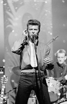 David Bowie on Tonight Show with Johnny Carson, september 1980 David Bowie Wallpaper, Elephant Man, David Bowie Starman, Johnny Carson, The Thin White Duke, Major Tom, Ziggy Stardust, Music Icon, David Jones