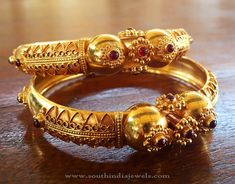 Looking for latest bangle images? Here are our picks of 21 mind blowing bangle designs that would look good on any dress. Bracelets Design, Gold Bangles Design, Gold Jewellery Design, The Bangles, Silver Bracelets, Bangle Bracelets, Healing Bracelets, Antique Jewellery Designs, Antique Jewelry