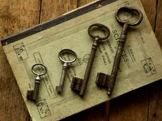 *black and white of old keys Door Knobs And Knockers, Knobs And Handles, Under Lock And Key, Key Lock, Antique Keys, Vintage Keys, Vintage Soul, Old Keys, Key To My Heart