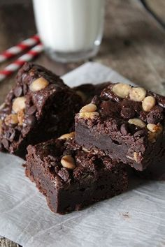 Greek yogurt brownies - Handmade Helen - Greek yogurt may not be the first ingredient you& expect in a brownie. Yet in this case it is - Baking Recipes, Cake Recipes, Dessert Recipes, Healthy Sweets, Healthy Baking, Greek Yogurt Brownies, Sweet Bakery, Cupcake Cakes, Food Cakes
