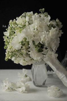 春の花、スイトピーとライラックを使ったブーケドマリエ。光沢のあるドレスに持って頂きたいブーケです。●スイトピー●ライラック●ストック