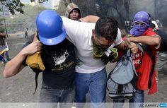 """RT @ButterflyND: #Venezuela RESISTE HERIDO UCV #12MCalleEnPazYaTeVasNicolas pic.twitter.com/swkup28ooP"""""""