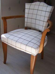 """Les Belles Assises - Recouverture d'un fauteuil Bridge avec un tissu de chez """"Romo""""."""