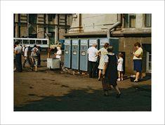 1976 год, перекресток Ленинского проспекта и улицы Ленина – сейчас на этом углу расположен «Макдональдс» Видите женщину – она, скорее всего, пирожки продает! А девочка с мамой ожидают, когда дядя нальет себе газировку: без сиропа стоила 1 копейку, с сиропом – 3 копейки. Вероятнее всего, по старой доброй традиции из пяти автоматов в центре города работал лишь один.