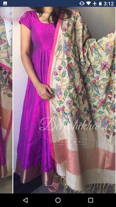 Khhp Kurti Neck Designs, Dress Neck Designs, Kurti Designs Party Wear, Saree Blouse Designs, Long Dress Design, Stylish Dress Designs, Stylish Dresses, Kalamkari Dresses, Ikkat Dresses
