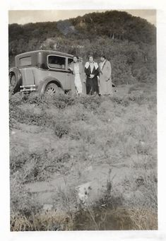 Flappers Pose Near Car Vintage Snapshot Sunday Drive In The Country Flapper Fashion Hats Coat 1920's Photo Flapper Fashion, Flapper Style, 1920s Flapper, Fashion Hats, Antique Photos, Vintage Photos, Marcel Waves, Shadow Photos, T Strap Shoes