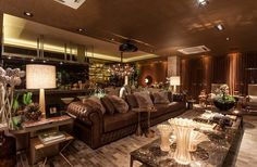 Lounge Gourmet. Arquiteto Flávio Moura . A paleta de cores é igualmente natural, revelada nos acabamentos em couro natural envelhecido, madeira, mármore marrom imperial, laca no tom chocolate e variações do cobre ao latão dourado.
