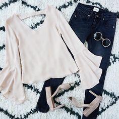 Les manches larges feront un retour cet automne : aimez-vous la tendance? L'adopterez-vous? #lookdujour #ldj #wide #sleeves #trendy #falltrend #style #fashion #outfitideas #outfitinspo #jeans #lightpink #cute #inspiration