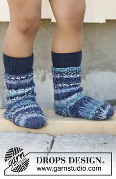 Knitted DROPS socks in rib in Fabel. Size 23 to 37 Free knitting pattern by DROPS Design. Knitting For Kids, Baby Knitting Patterns, Knitting Socks, Free Knitting, Drops Design, Cool Baby, Toddler Mittens, Magazine Drops, Crochet Toddler