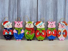 19040-1 Baby Pigs, Christmas Characters, Christmas Greetings, Gingerbread Cookies, Diy And Crafts, Christmas Ornaments, Holiday Decor, Handmade, Design