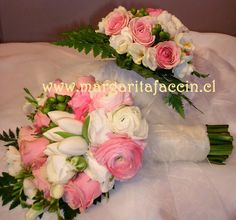 Ranunculos blancos y rosados con tulipanes blancos
