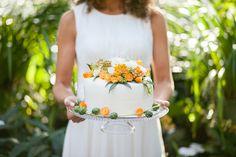 tropical wedding, orange, summer, wedding cake, cake pops, cupcakes, mini-cupcakes, drink  Hochzeitsblume Herbst: Nadelkissenprotea | http://www.blumig-heiraten.de / Friedatheres.com / http://www.lichterstaub-fotografie.de