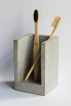 Another concrete decorative maker is Ruslan, owner of ConcreteGuild Etsy shop. In Ruslan's shop you'll find this simple concrete toothbrush holder, and a matching concrete soap holder to match! Ceramic Cups, Ceramic Pottery, Electric Toothbrush Holder, Toothbrush Holders, Soap Holder, Concrete Design, Pottery Designs, Maker, White Bathrooms