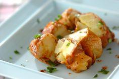 豚肉に粒マスタードをぬり、ジャガイモを巻いて焼いた一品。粒マスタードの酸味が大人な味に。