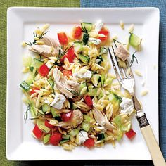 300 cal meal: Lemony Orzo-Veggie Salad with Chicken. This colorful orzo and chicken main dish salad is packed with an assortment of chopped fresh vegetables and tossed with a tangy lemon dressing. It's a great use for leftover or rotisserie chicken. 300 Calorie Dinner, Low Calorie Dinners, Clean Eating, Healthy Eating, Healthy Lunches, Healthy Food, Changsun 24k, Vegetable Recipes, Chicken Recipes