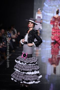Beautiful details on the frills and such a stylish look Fashion Casual, Ethnic Fashion, Costume Ethnique, Avant Garde Dresses, Flamenco Costume, Spanish Dress, 2014 Fashion Trends, Spanish Fashion, Country Fashion