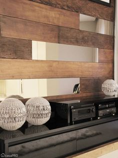 Mistura legal de madeira e espelho. Pode ser uma opção no lugar das prateleiras com fundo de vidro para dar mais amplitude.