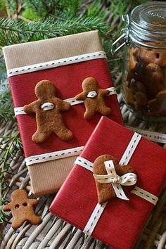Make gift wrap and creatively wrap gifts- Geschenkverpackung basteln und Geschenke kreativ verpacken Awww … ❤ How cute! Making delicious gift wrap with gingerbread male himself Noel Christmas, Christmas Crafts, Christmas Decorations, Christmas Ornaments, Gingerbread Decorations, Christmas Ideas, Christmas Morning, White Christmas, Christmas Wreaths