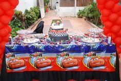 mesa de bolo decorada com o tema macqueen