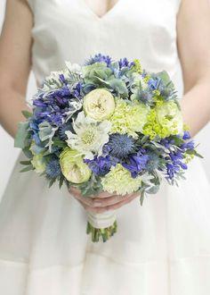 kwiaty&miut TEN :) Z niebieskimi hortensjami, białymi goździkami (w dwóch rozmiarach), mikołajkami i może daliami..? wykończone liśćmi eukaliptusa;) +2 butonierki +biały bukiecik dla świadkowej