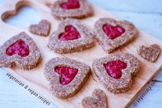 Raw Vegan Linzer Cookies for Valentine's day ♥. Simple Raw recipe with step-by-step photos. Raw Vegan Desserts, Raw Vegan Recipes, Vegan Sweets, Vegan Dishes, Healthy Desserts, Vegan Food, Paleo Carrot Cake, Vegan Cake, Superfood Recipes