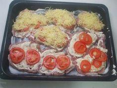 Máte chuť na lehký a jednoduchý recept? Nechce se vám hodně vymýšlet? Pak si určitě udělejte tento jednoduchý recept. Suroviny: 4 ks kuřecí prsa 2 cibule 7 rajčat 30 dkg sýra sůl, grilovací drůbeží koření Postup: 1) Prsa rozřízneme podélně a získáme 8 řízků, 2) rozklepeme, 3) uloží