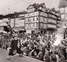 Ein Feuerschlucker beeindruckt das Publikum beim Altstadtfest 1973 | Quelle: Wilhelm Hauschild