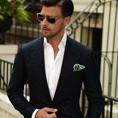 Um lenço de bolso estratégico deixa ainda mais bacana a roupa social. Pode ser usado com costume e terno, e até mesmo sem gravata. Use o bom gosto ao escolher a cor e a estampa do lenço: ele não precisa combinar de forma careta com a roupa. Como você vê na foto do modelo alemão Johannes Huebl.