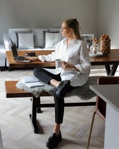 Oversized Shirt Outfit, Camisa Oversized, Oversized White Shirt, White Shirt Outfits, Black Loafers Outfit, Loafers For Women Outfit, Black Trousers Outfit Work, Chunky Loafers, Home Outfit