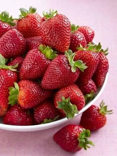 (99+)MeWe: la red social de nueva generación Summer Berries, Summer Fruit, Healthy Fruits, Fruits And Veggies, Strawberry Fruit, Strawberries, Fruit Photography, Beautiful Fruits, Weird Food
