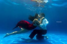 Underwater pre-wedding photoshoot ideas are trending the most. Such a magical couple's underwater photoshoot is goals. Surely these beautiful underwater poses will help the Indian bride and groom to select some poses for their Pre Wedding Poses, Pre Wedding Shoot Ideas, Pre Wedding Photoshoot, Photoshoot Ideas, Candid Photography, Underwater Photography, Wedding Photography, Couple Posing, Couple Shoot