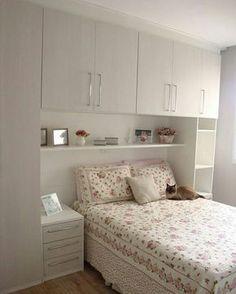 Boa tarde! Você tem quarto pequeno e precisa de muitos armários? Uma solução para tornar isto possível é colocar armários ao redor e acima da cama, aproveitando o máximo possível dos espaços na parede. Pinterest #blogmeuminiape #meuminiape #apartamentospequenos #inspiração #quarto #quartopequeno #quartocasal #moveisplanejados #decor #decoração